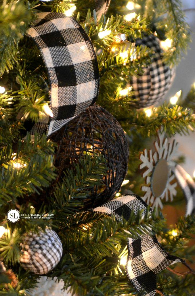 Buffalo Check Christmas Wreath.11 Classy Buffalo Check Plaid Christmas Projects
